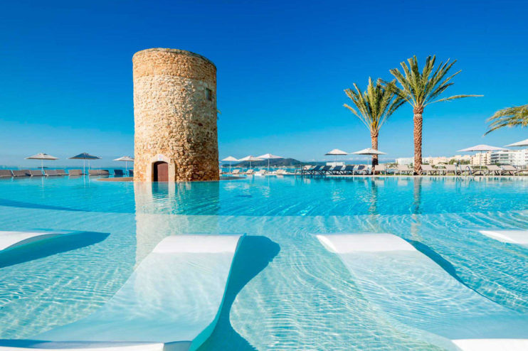 agua de la piscina azul claro - TorreDelMar