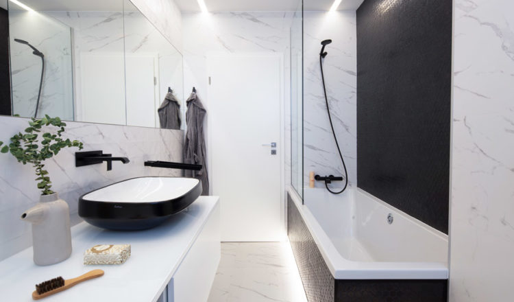 Master-bathroom_Mirror-Penthouse_WattArchitects_HexNatureglassBlack-onix_01