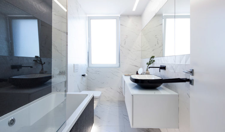 Master-bathroom_Mirror-Penthouse_WattArchitects_HexNatureglassBlack-onix_02