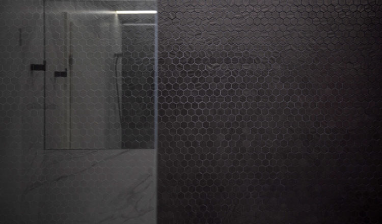 Master-bathroom_Mirror-Penthouse_WattArchitects_HexNatureglassBlack-onix_03